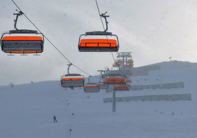 The modern Zirbenbahn hooded 6er chair heads to the top of Sechszeiger.