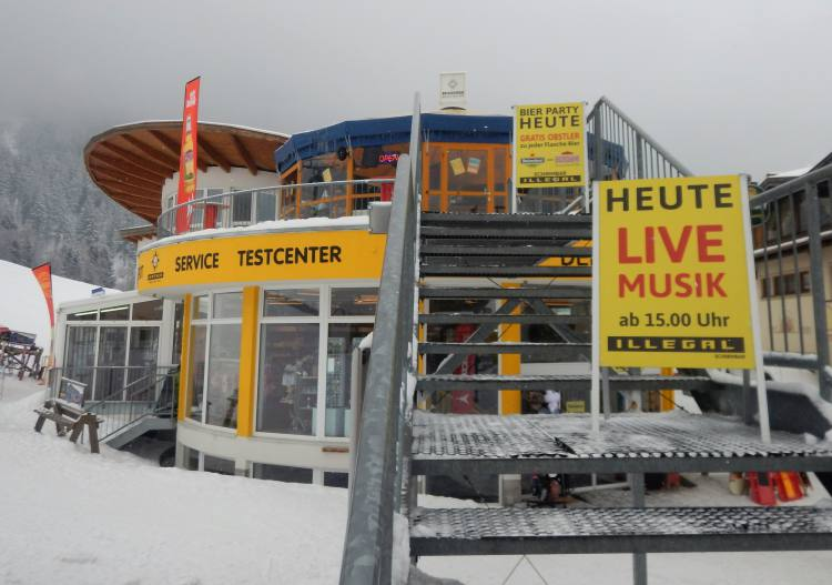 Apres ski at the Hochzeiger base area.