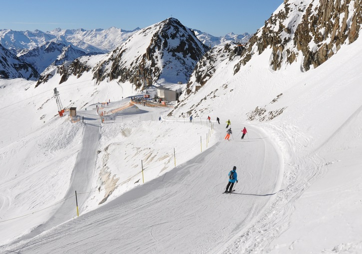 The fun begins as you ski away from the Schaufeljoch gondola at 3210m.
