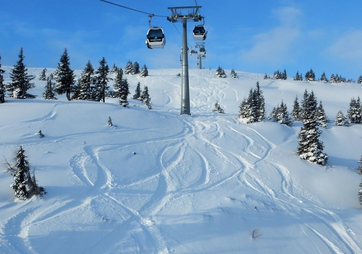 Austrian pow under a Zell am See gondola and no one to put more tracks in it!