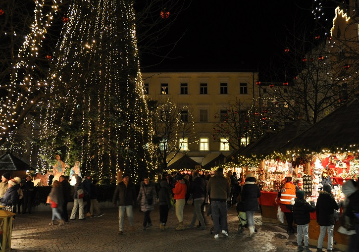 The Christmas night markets at Bressanone (Brixen).