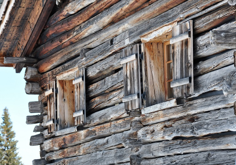 Enjoy historic mountain huts at all the Chur ski resorts.