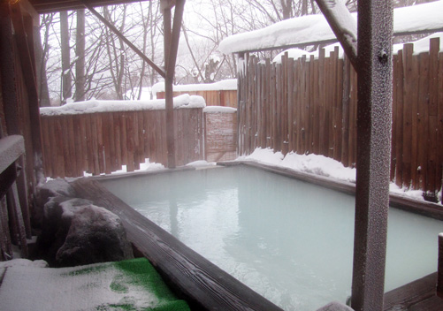 Outdoor onsen: ideal to have at your Japanese ski resort accommodation