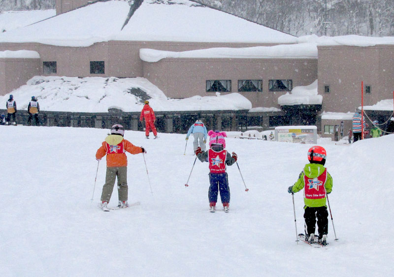 Kiroro ski school offers group kids' lessons